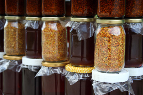 Botes de cristal con miel y polen
